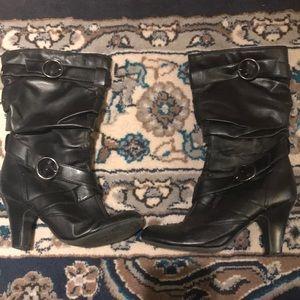 Black mid calf heeled boots! 🖤